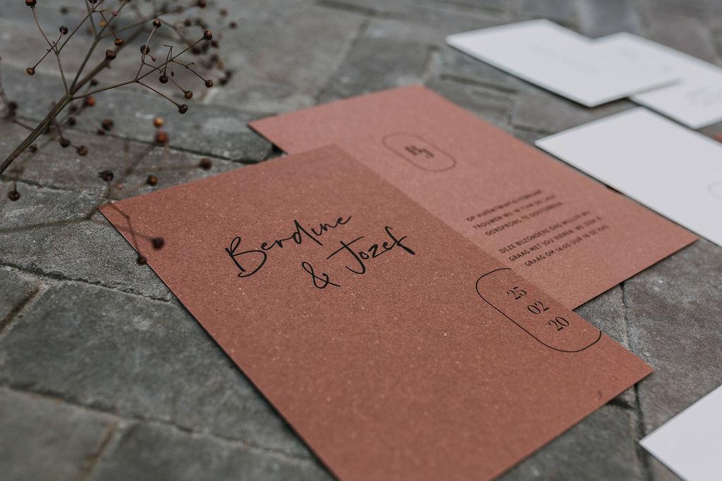 Uitnodiging trouwkaart op terracotta bierpapier