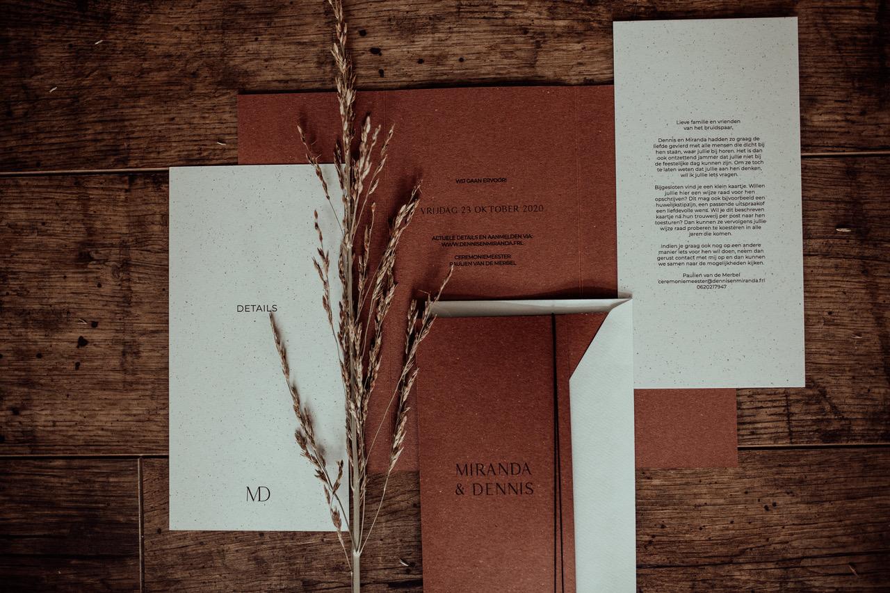 3-luik trouwkaart op bijzonder bierpapier van Gmund.