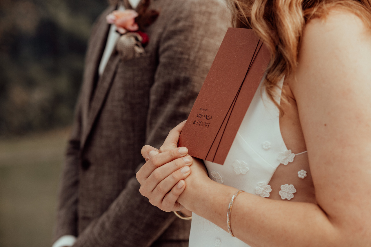 Trouwakte gedrukt op rood bierpapier. Bruiloft Miranda en Dennis. Stories by Josan.