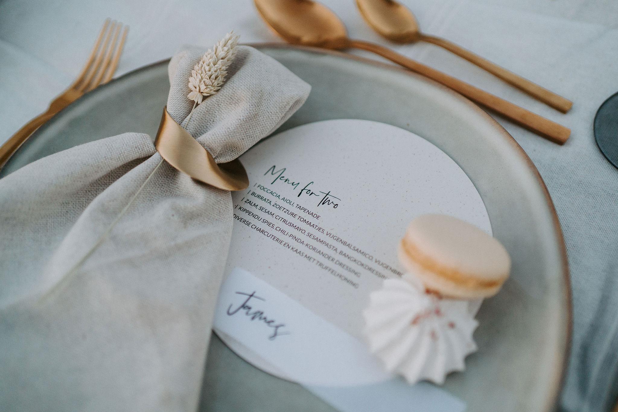 Ronde menukaart op wit bierpapier. Menukaart voor een bruiloft. The Wedding Press.
